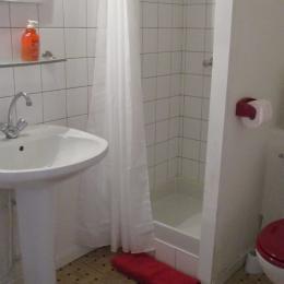 La salle d'eau de la Chambre Plourivo avec douche et WC - Chambre d'hôtes - Ploubazlanec