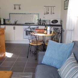 Le studio, lescoat - RDC partie salon-séjour-cuisine - Location de vacances - Plestin-les-Grèves