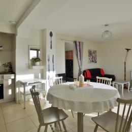Salon et accès étage - Location de vacances - Morieux