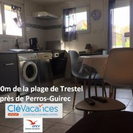 chambre 1, espace détente: une TV, 2 fauteuils -vue mer - Location de vacances - Trévou-Tréguignec