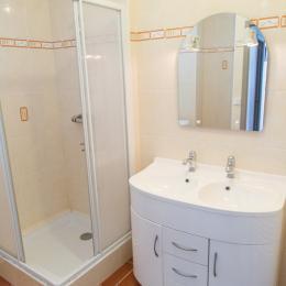 Salle d'eau au rez de chaussée, équipée d'un lave linge - Location de vacances - Plédéliac