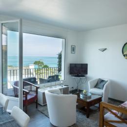 MENES location Perros-Guirec Séjour-salon avec vue panoramique sur la mer - Location de vacances - Perros-Guirec