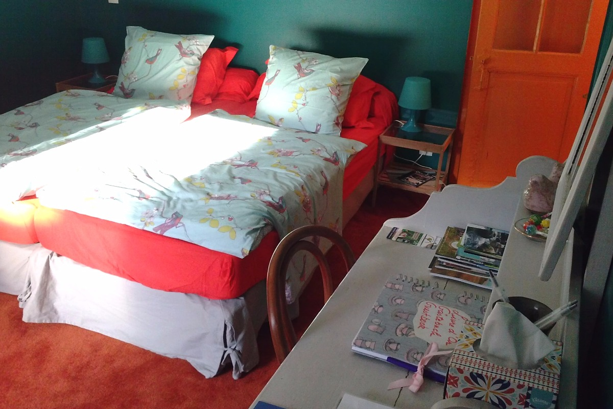 Déco soignée et colorée :-) La petite porte orange mène à un WC supplémentaire! - Chambre d'hôtes - Quintin