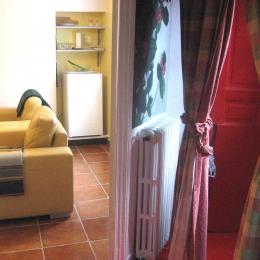 Vue sur le coin réfrigérateur et l'entrée - Chambre d'hôtes - Quintin