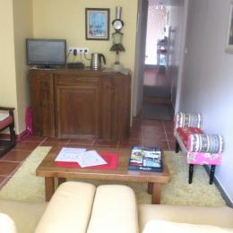 Du jaune dans votre salon! larges fauteuils en cuir , TV satellite. C'est ici que vous prenez votre petit déjeuner! - Chambre d'hôtes - Quintin