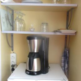 Derrière les fauteuils un réfrigérateur, de la petite vaisselle. Vous pouvez pique-niquer! - Chambre d'hôtes - Quintin