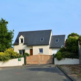 Vue d'ensemble facade de la maison et du jardin clos - Location de vacances - Lézardrieux