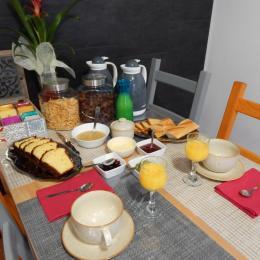 Pour bien commencer la journée, avec brioche, confiture, compote, jus d'orange, le tout fait maison .... café, thé, chocolat à votre guise . - Chambre d'hôtes - Saint-Denoual