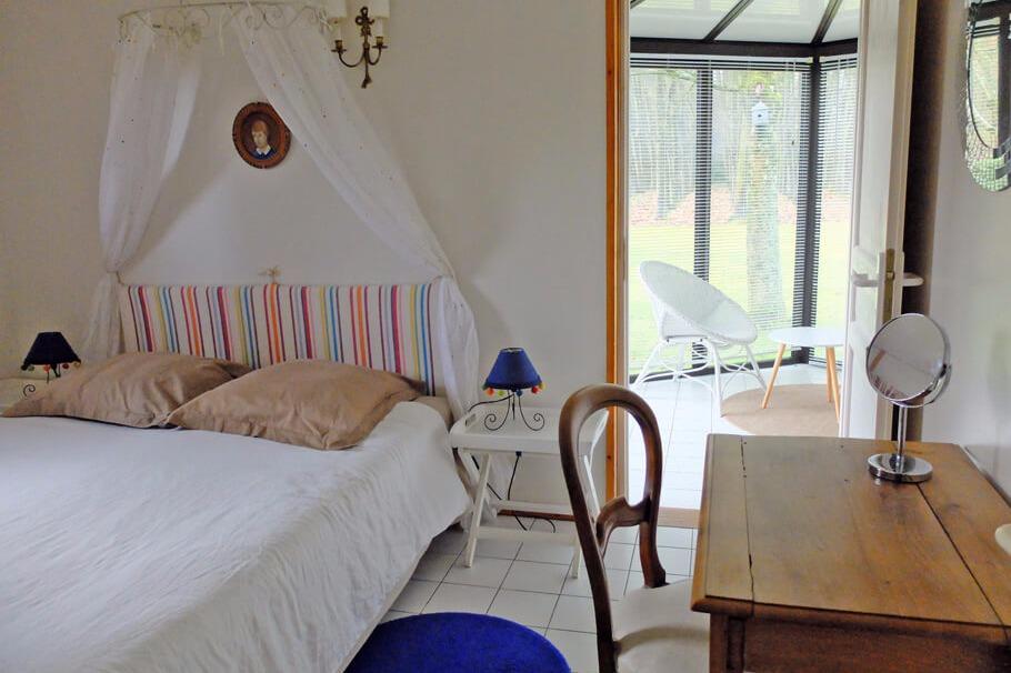 La première chambre de la suite Café, qui s'ouvre sur le salon-véranda - Location de vacances - Plélan-le-Petit