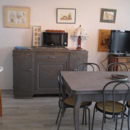 Location Trédrez-Locquémeau, cuisine indépendante donnant accès à la terrasse située derrière la maion - Location de vacances - Trédrez-Locquémeau