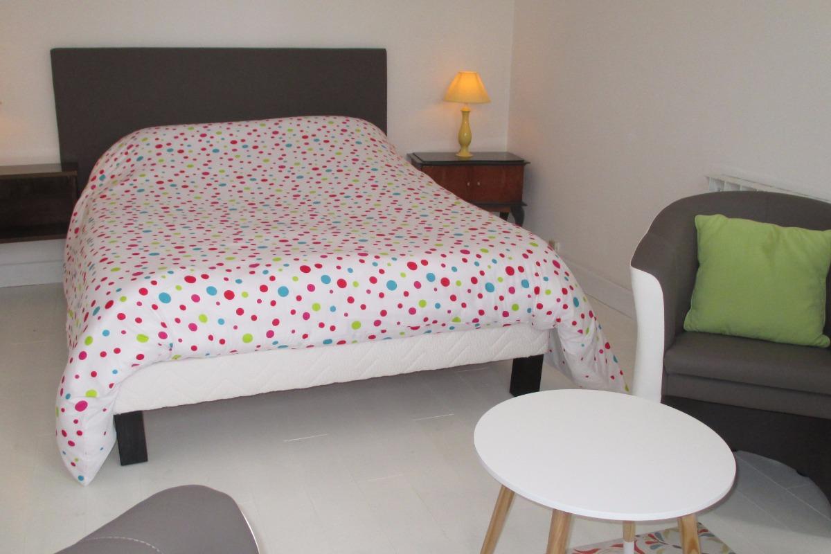 Location Paimpol, Ménard, la chambre-salon avec lit 140 et espace salon - Location de vacances - Paimpol