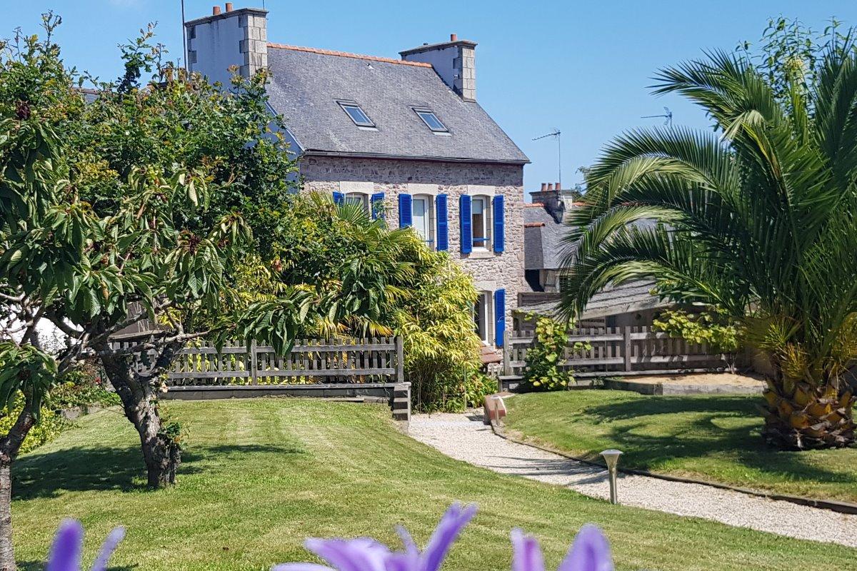 Façade de la maison et son grand jardin clos - Location de vacances - Paimpol