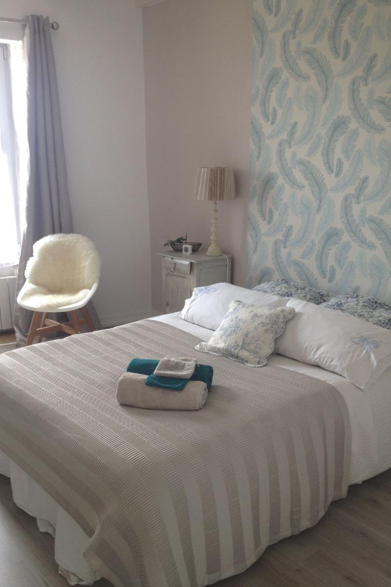 La chambre Plumes camaïeu de beiges et bleus - Location de vacances - Mégrit