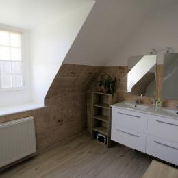 Location Langoat, salle de bain étage avec double vasque et baignoire avec paroi de douche - Location de vacances - Langoat