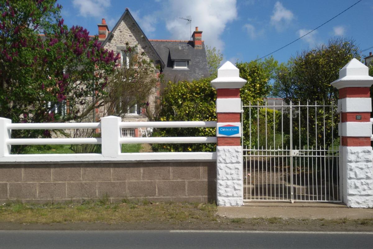 vue de la route de Kergrist 3eme maison  après croisement Plounez-Kerloury,  à 2,5km du Leclerc en venant de Paimpol - Location de vacances - Paimpol