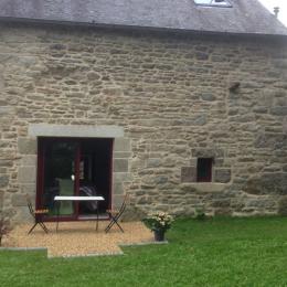 Côté jardin, la baie du séjour - Location de vacances - Saint-Gilles-Pligeaux