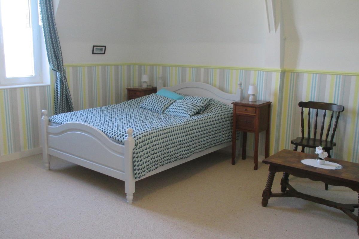 La pièce principale avec lit de 140 et  espace salon - Location de vacances - Paimpol