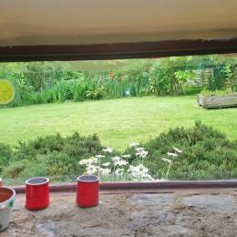 Le jardin vu de la cuisine - Location de vacances - Pléguien