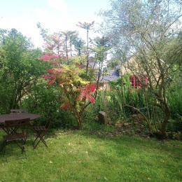Jardin, coin pique-nique - Location de vacances - Pléguien