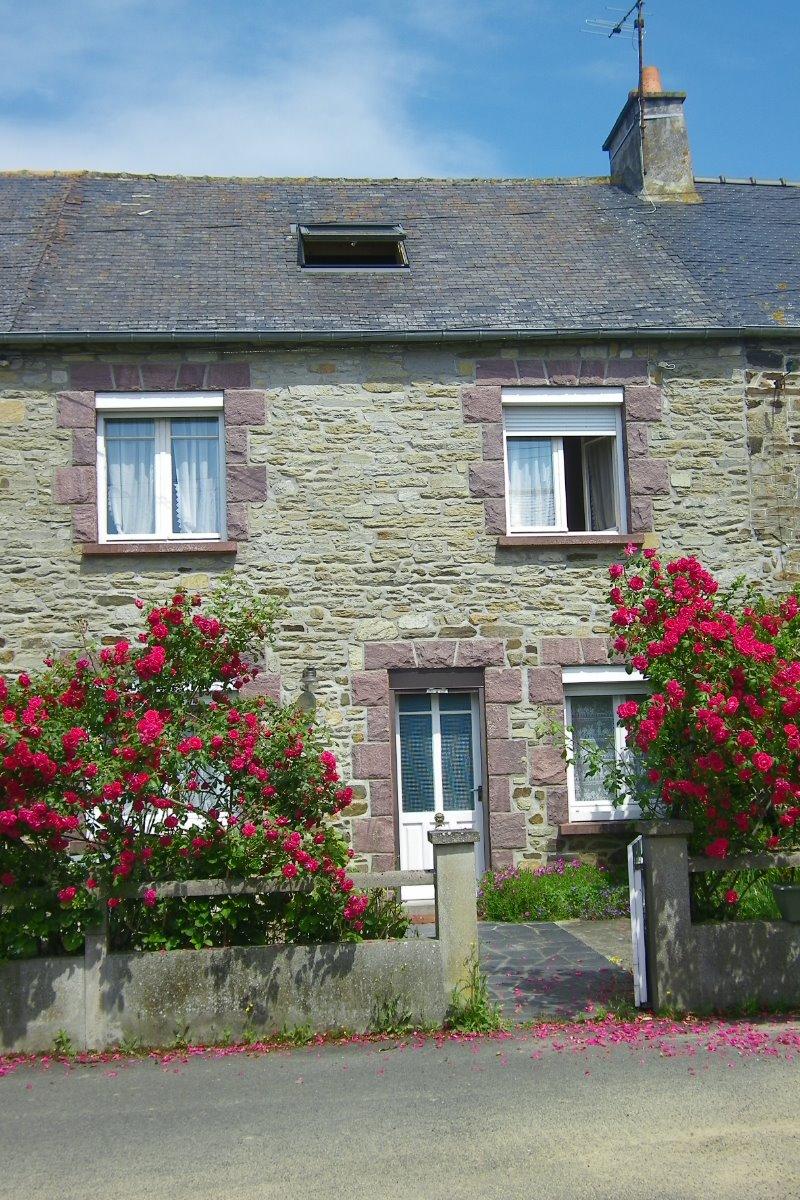 La façade exposée sud, la cour donnant sur l'impasse privée, garage en face - Location de vacances - Matignon
