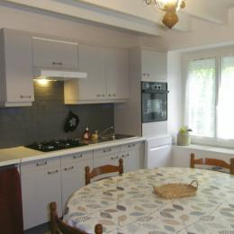 La cuisine aménagée et l'espace repas - Location de vacances - Matignon
