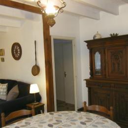 La salle et le dégagement vers l'étage - Location de vacances - Matignon