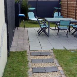 Petit jardin équipé (table,6 chaises, 2 transats,BBQ) - Location de vacances - Trélévern