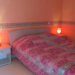 A l'étage, chambre parentale (lit 140) avec espace salon - Location de vacances - Yvignac-la-Tour