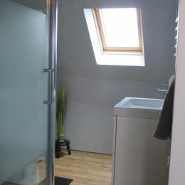 Maison d'avril, chambre d'hôtes, La salle d'eau avec douche, lavabo et WC - Chambre d'hôtes - Plouézec