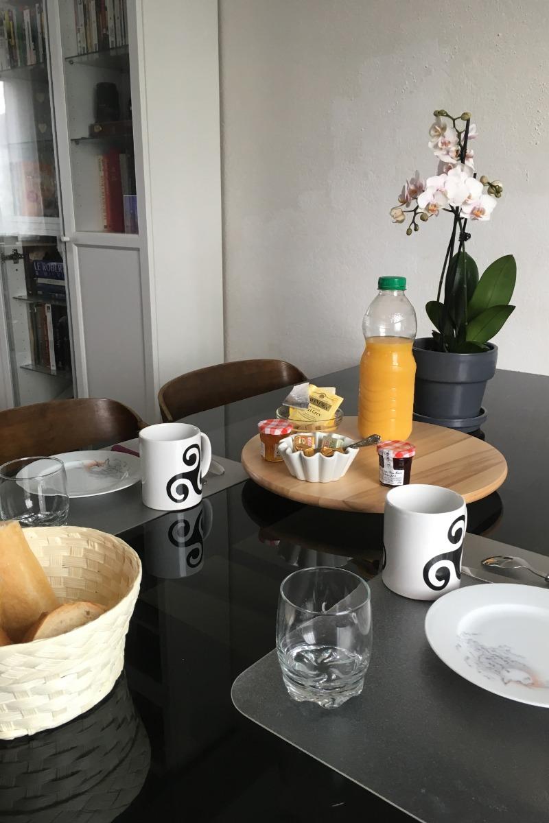 Le petit déjeuner servi dans la pièce de vie et le pain frais de la boulangerie toute proche :-) - Chambre d'hôtes - Dinan
