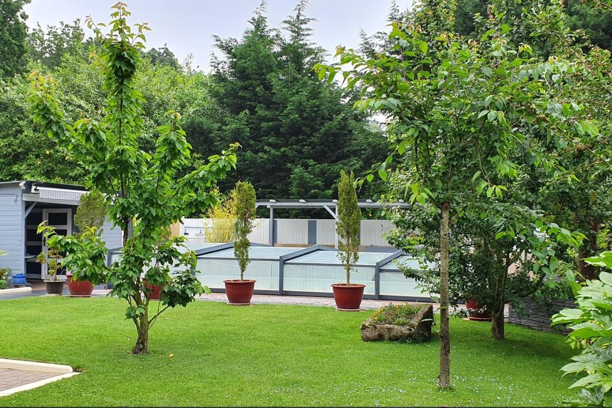 Chambre d'hôtes Les Centauris, Clévacances, Pléguien, vue extérieure de la demeure, jardin et piscine - Chambre d'hôtes - Pléguien