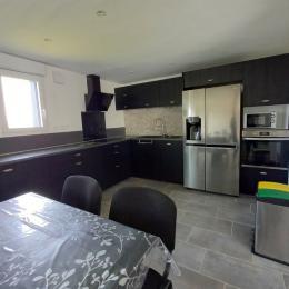 coin cuisine avec four frigo américain micro-onde  lave vaisselle et vaisselles pour 12 personnes - Location de vacances - Tréveneuc