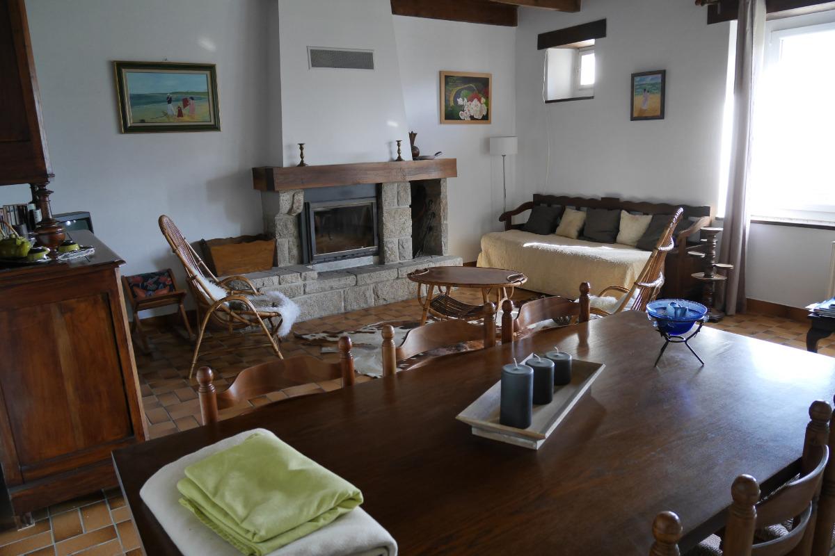 Location Clévacances, Le Cain, Quemper-Guezennec, Ty Mam Goz, le séjour salle  à manger - Location de vacances - Quemper-Guézennec
