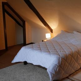 Location Clévacances, Le Cain, Quemper-Guezennec, Ty Mam Goz, chambre lit double  - Location de vacances - Quemper-Guézennec