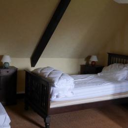 Location Clévacances, Le Cain, Quemper-Guezennec, Ty Mam Goz, chambre 2 lits de 90 - Location de vacances - Quemper-Guézennec