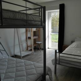 Location Clévacances, Le Cain, Quemper-Guezennec, Ty Tad Coz, 1ère chambre RDC  - Location de vacances - Quemper-Guézennec
