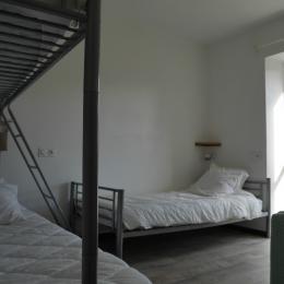 Location Clévacances, Le Cain, Quemper-Guezennec, Ty Tad Coz, 2ème chambre RDC - Location de vacances - Quemper-Guézennec