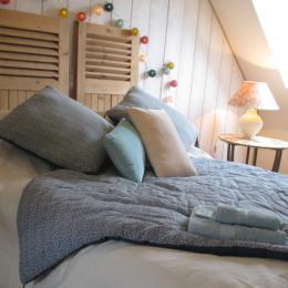 La maison d'Anne-Marie, location Clévacances, Saint-Clet, chambre étage lit  140 - Location de vacances - Saint-Clet