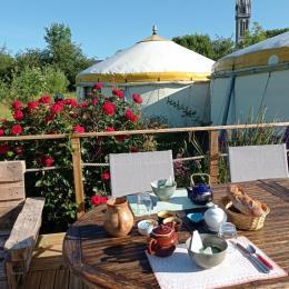 Petit déjeuner en terrasse - Chambre d'hôtes - Plouguiel