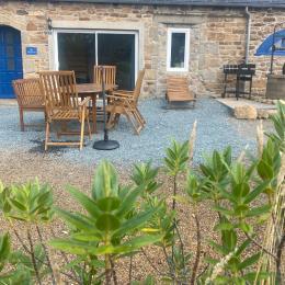 GAILLET, location de vacances, Clévacances, Louargat, vue extérieure avec table de jardin - Location de vacances - Louargat