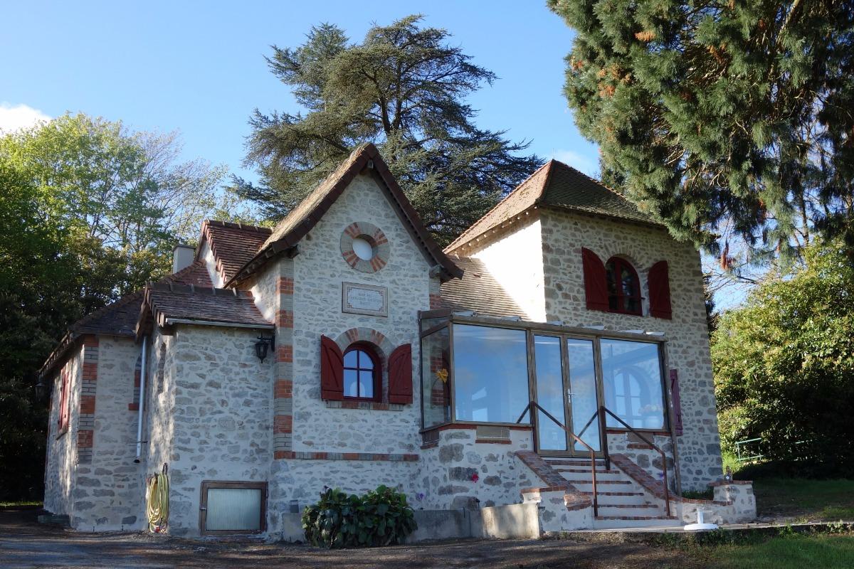Gîte Les Charmettes Maison de caractère indépendante dans un parc, avec piscine couverte à Bussière-Dunoise, proche de Guéret en Creuse La maison et la piscine couverte, vue du ciel ! - Location de vacances - Bussière-Dunoise