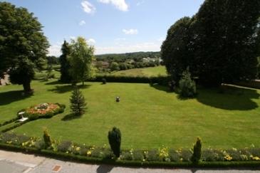 Coin repas / salon avec téléviseur et canapé-lit - Location de vacances - Mérinchal