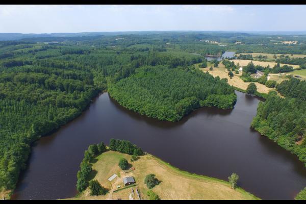 Chalet de l'étang de Flayat de plain pied avec magnifique étang de 10 hectares, totalement privé. Séjour pêche et détente en Creuse - Location de vacances - Flayat