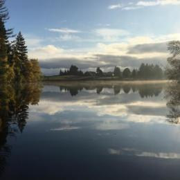 Chalet de l'étang de Flayat de plain pied avec magnifique étang de 10 hectares, totalement privé. Séjour pêche et détente en Creuse cuisine américaine - Location de vacances - Flayat
