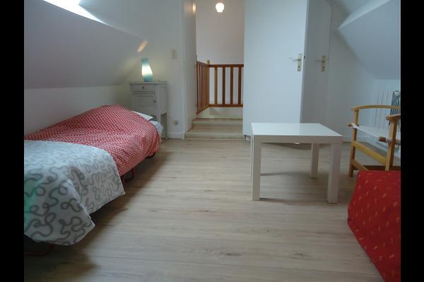Chambre au 1er étage avec 1 lit et un coin lecture