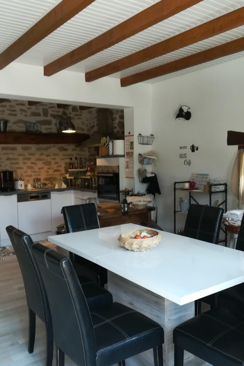 Location de vacances Gîte La Colombe - Venez tomber sous le charme de cette grange entièrement rénovée à Crozant en Creuse pièce de vie salle à manger - Location de vacances - Crozant