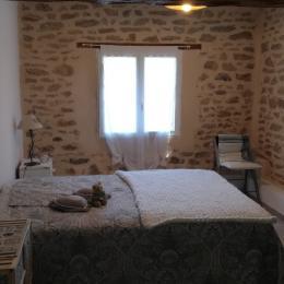 Location de vacances Gîte La Colombe - Venez tomber sous le charme de cette grange entièrement rénovée à Crozant en Creuse Chambre 2 personnes ,murs de pierres ,2 fenetres , et cloison verrière charme fou  - Location de vacances - Crozant