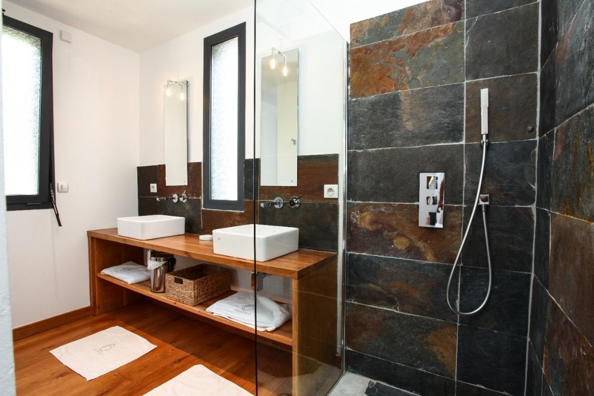 Salle de bain  - Location de vacances - Saint-Jean-d'Eyraud