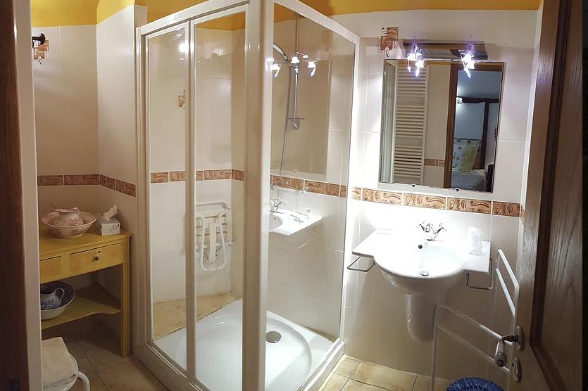 Grande salle de douche refaite à neuf - Chambre d'hôtes - Nailhac