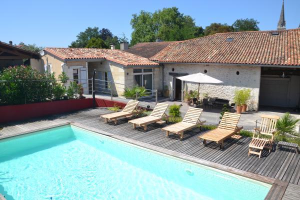 La piscine devant la dépendance - Chambre d'hôte - La Roche-Chalais